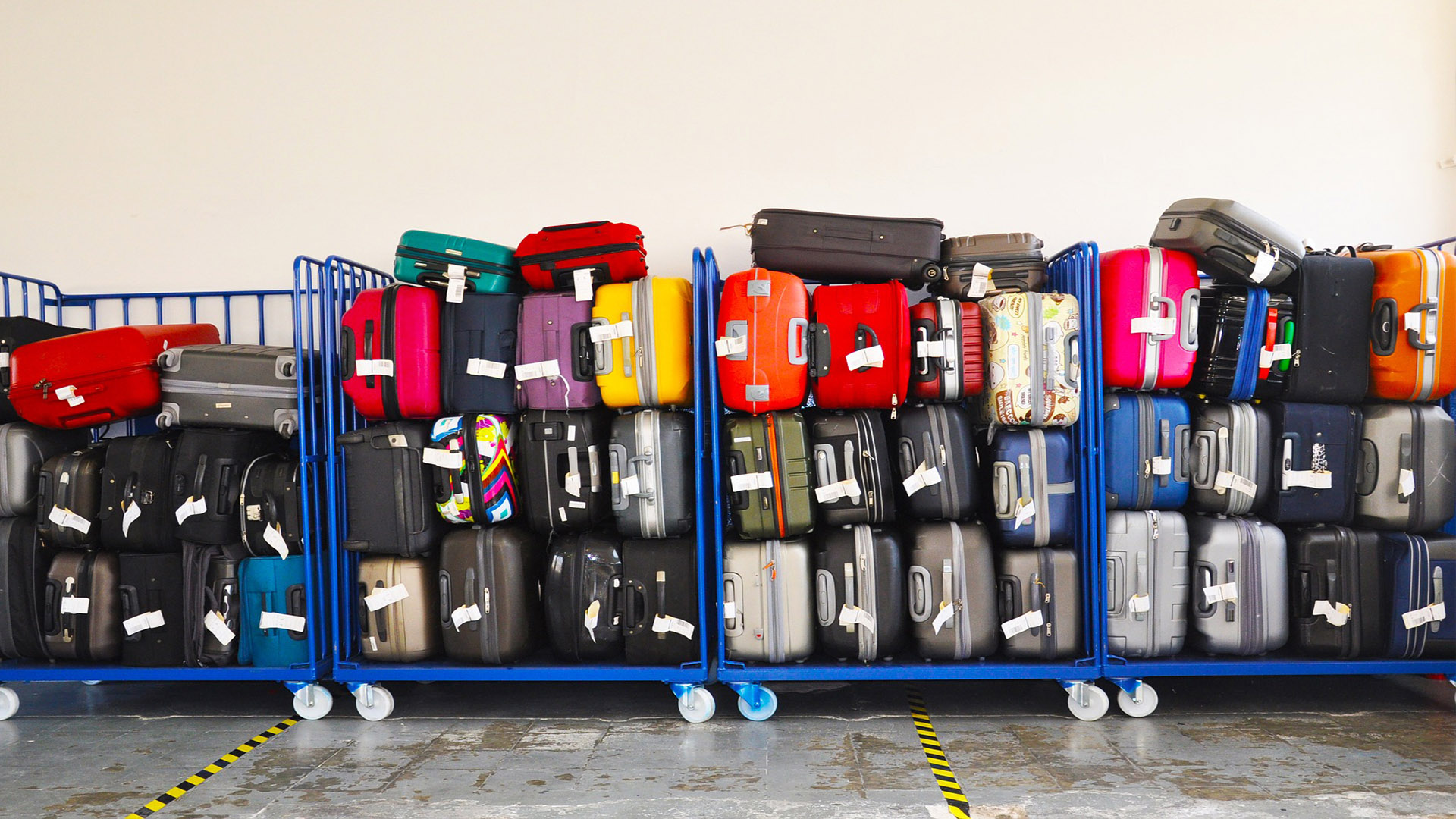 Há critérios para a abordagem de passageiros, mas elas não são divulgadas na sua totalidade, qualquer pessoas com voo para os Estados Unidos pode ter sua bagagem de mão vistoriada com mais detalhamento.