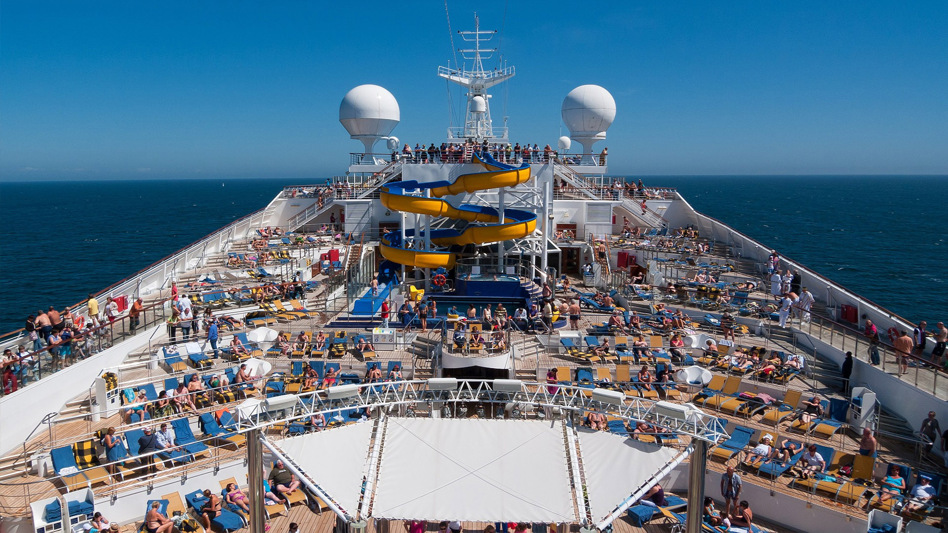 Conforto e diversão em alto mar. Os cruzeiros são uma excelente opção de deslocamento e entretenimento para toda a família.