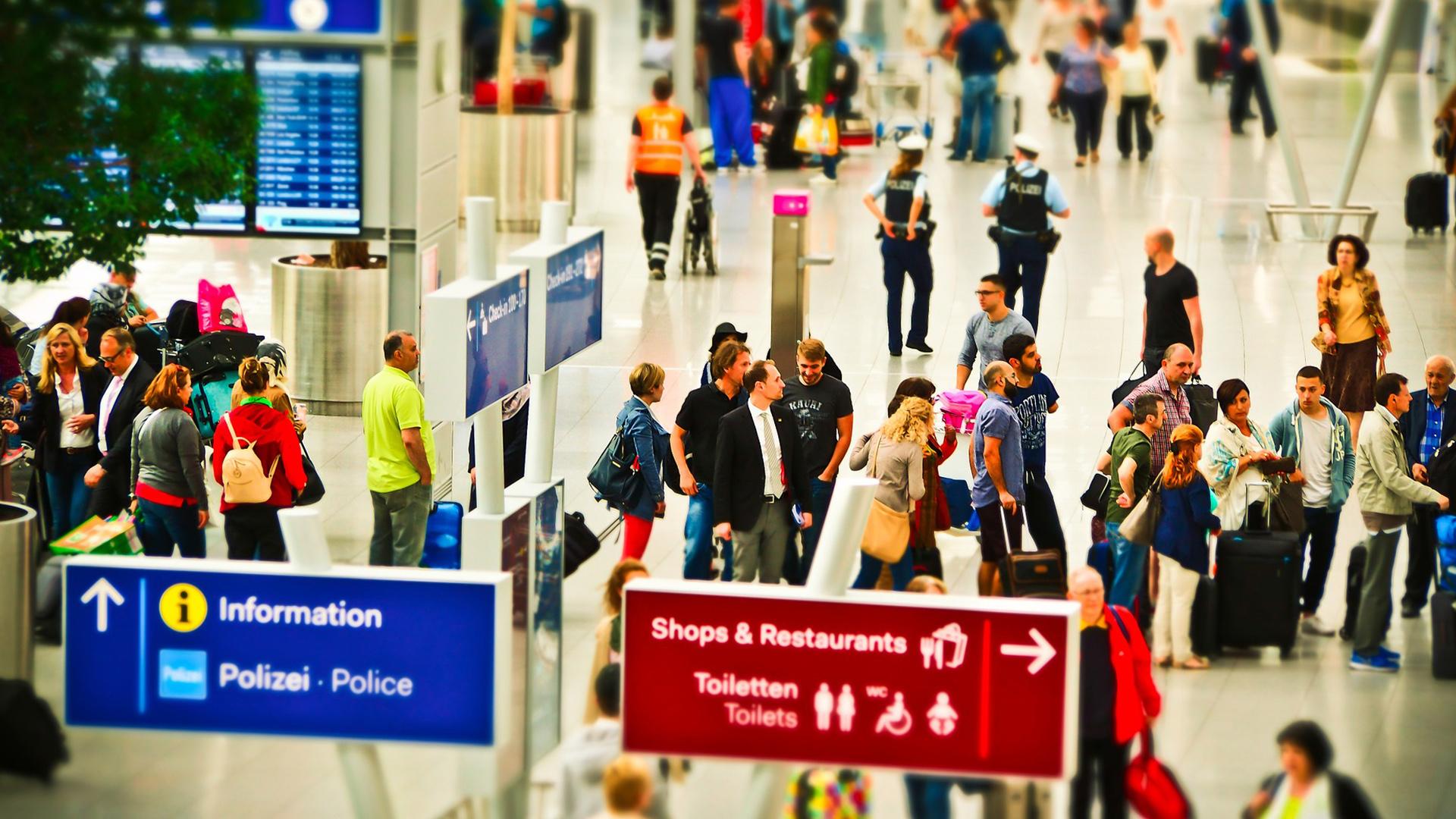 Mesmo que você não note um código especial no seu cartão de embarque, antes de entrar no avião a segurança irá te identificar e você não terá como embarcar sem antes cumprir o protocolo.
