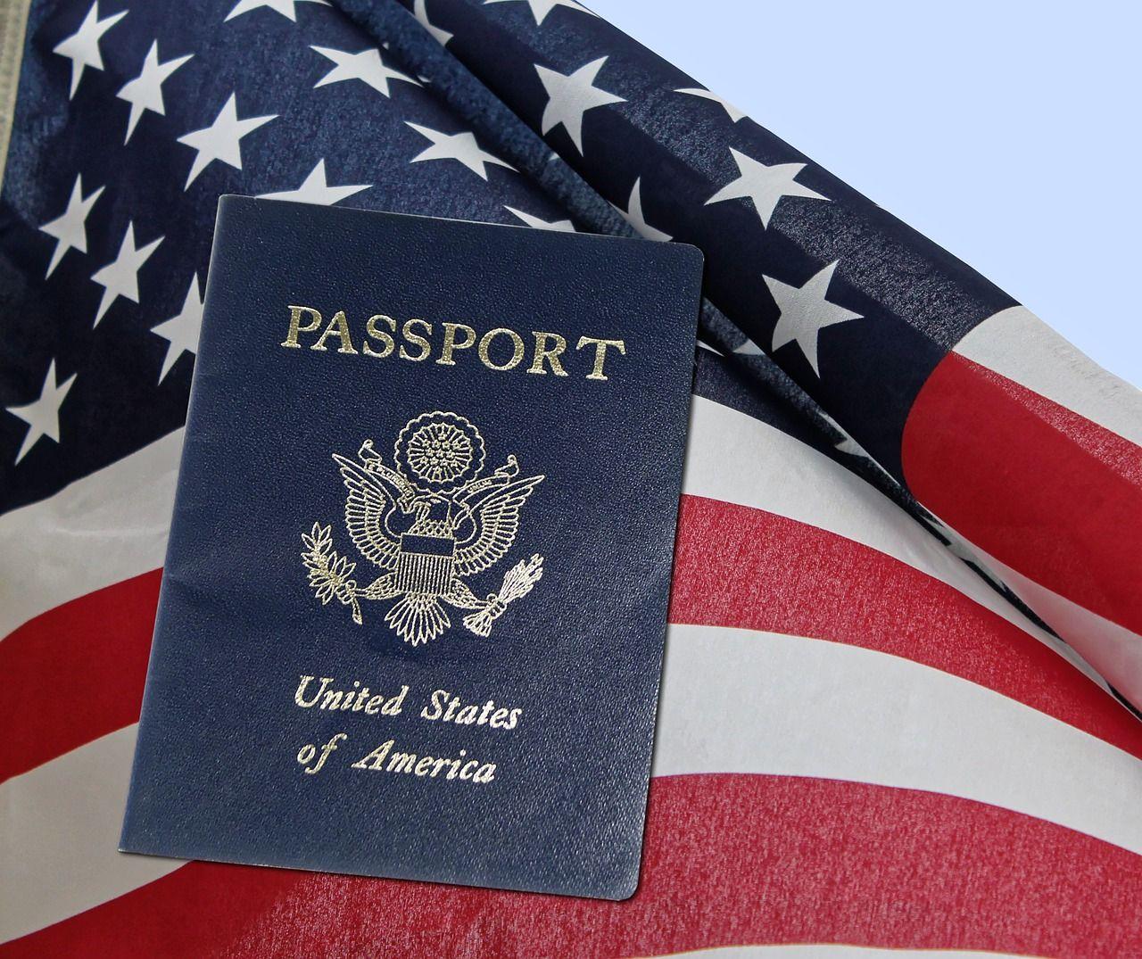 Passaporte americano em cima de bandeira dos EUA