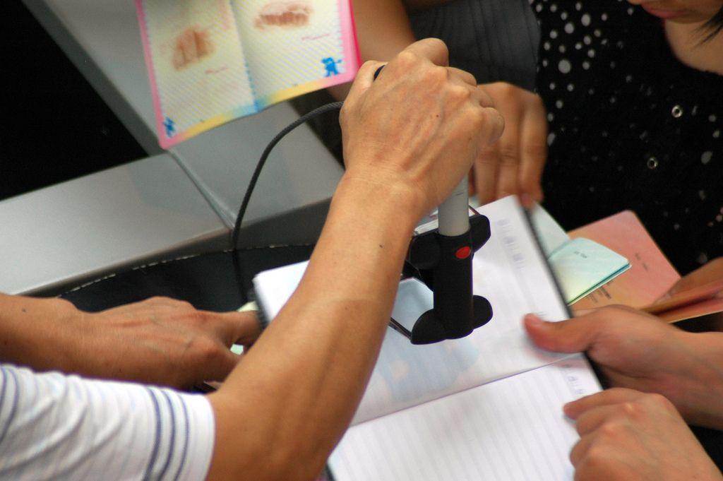 braço de homem carimbando papel de visto