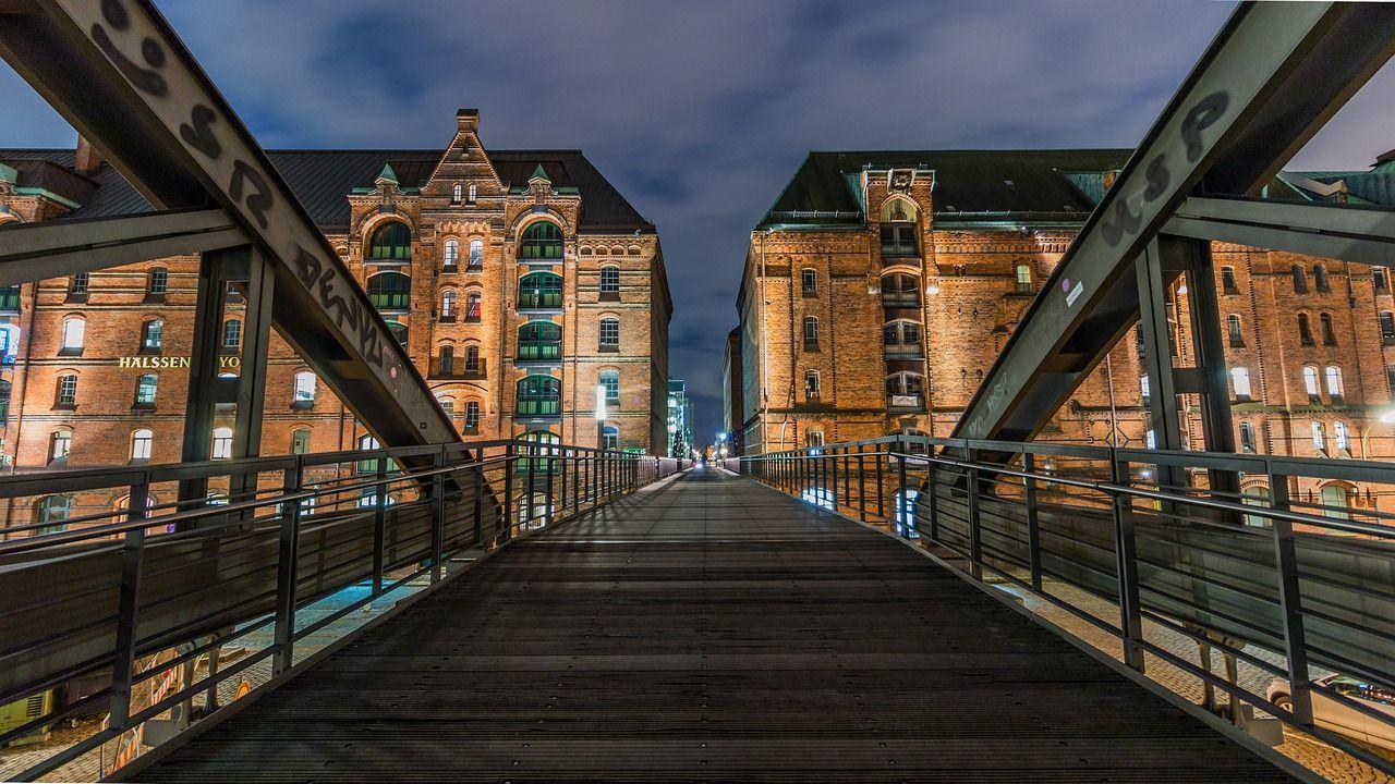 ponte com prédios ao fundo à noite