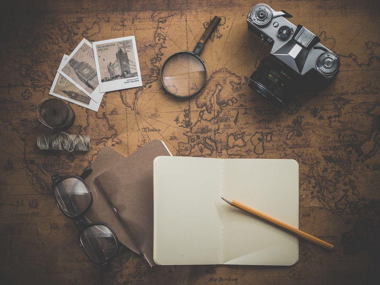 Itens de viagem: foto, máquina fotográfica etc