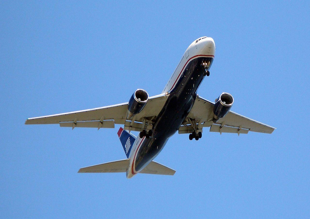 vista inferior de avião voando