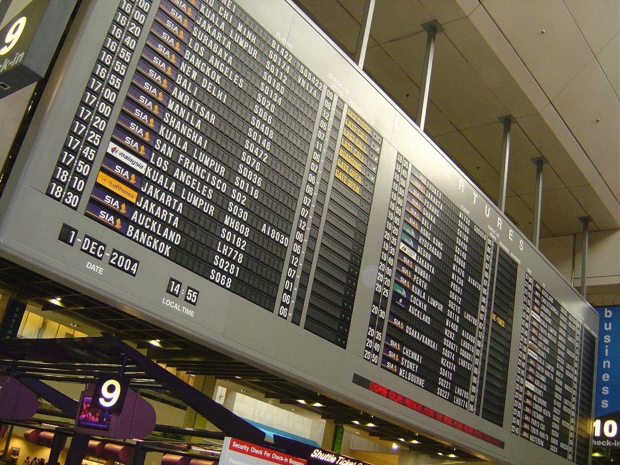 painel de aeroporto com chegadas e partidas