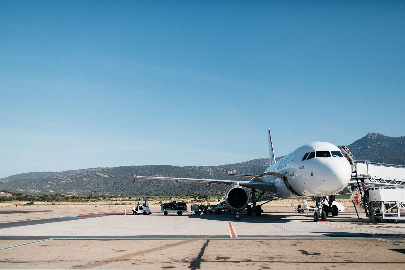 avião em pista de pouso