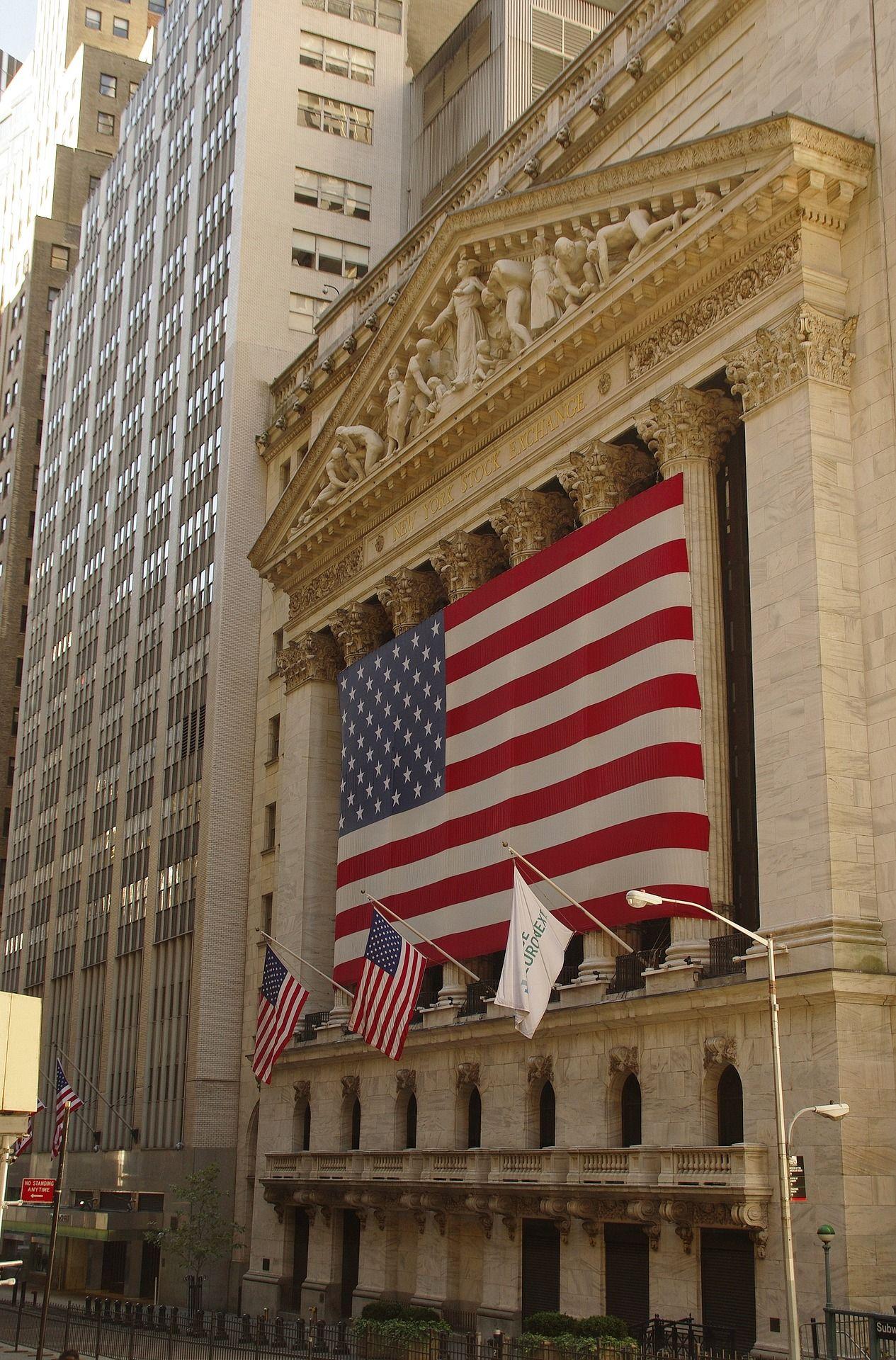 bandeira dos EUA em frente a Universidade