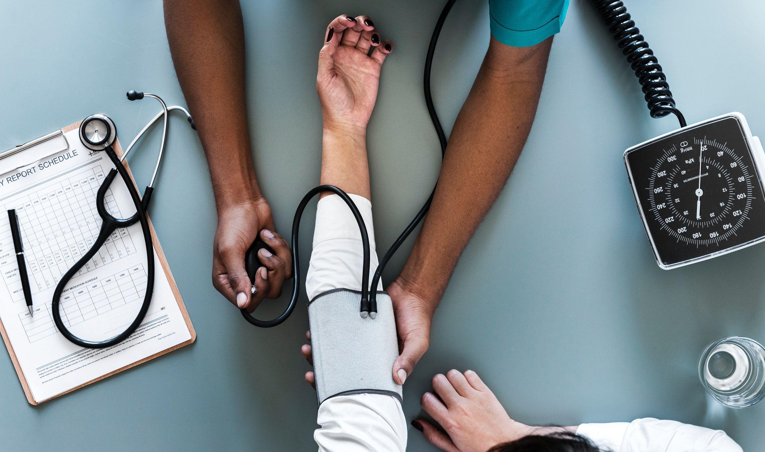 médico medindo pressão arterial - Exames para Austrália