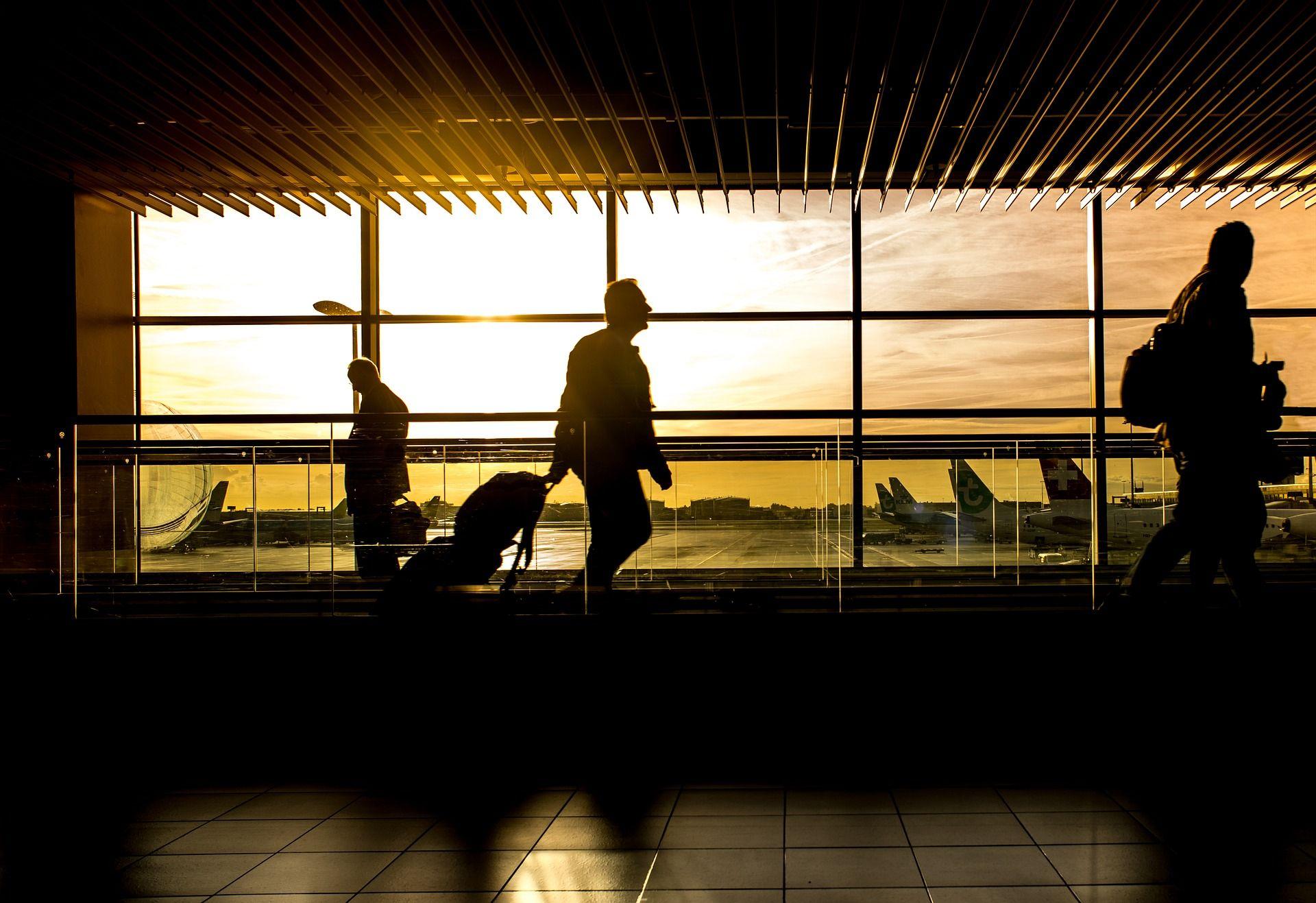 pessoas transitando no aeroporto
