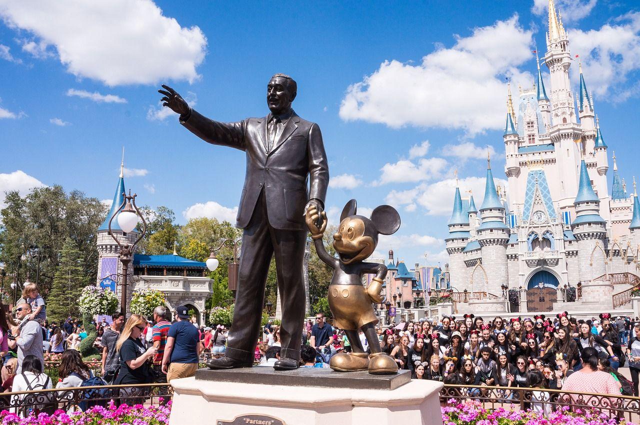 estátua do mikey e do walt disney no parque da disney