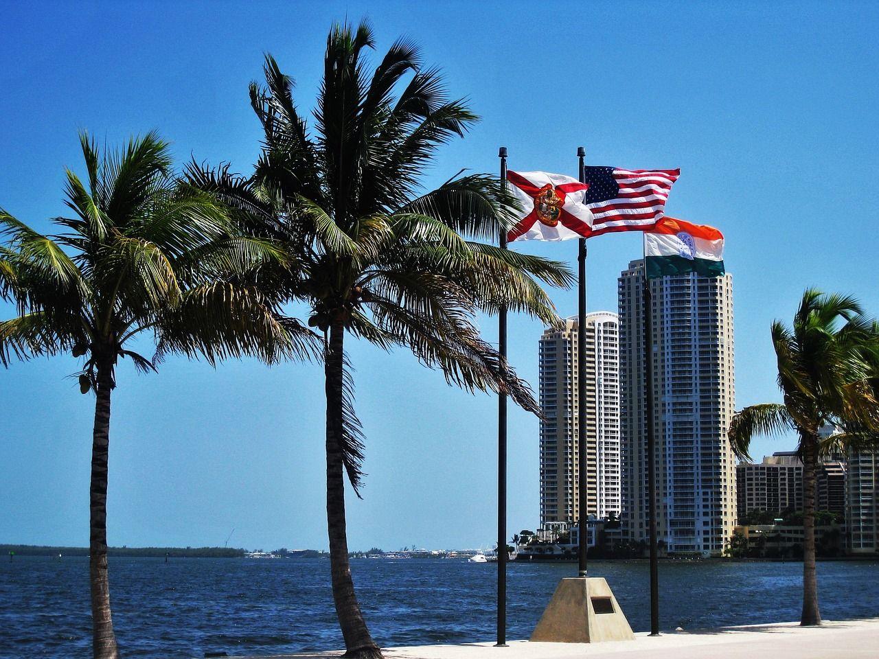 praia de miami com bandeira dos estados unidos ao vento