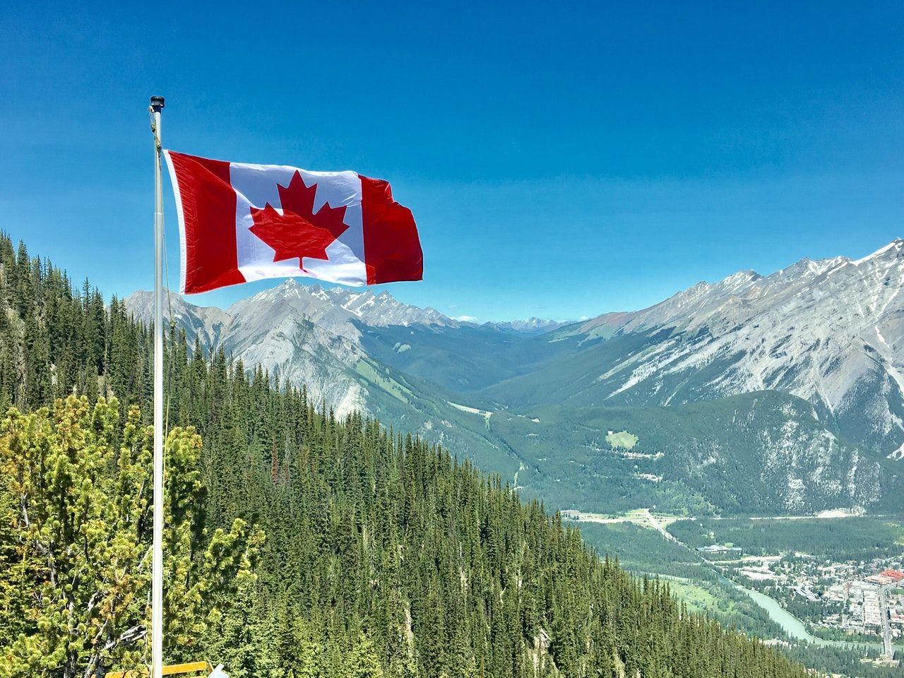 bandeira do Canadá nas montanhas