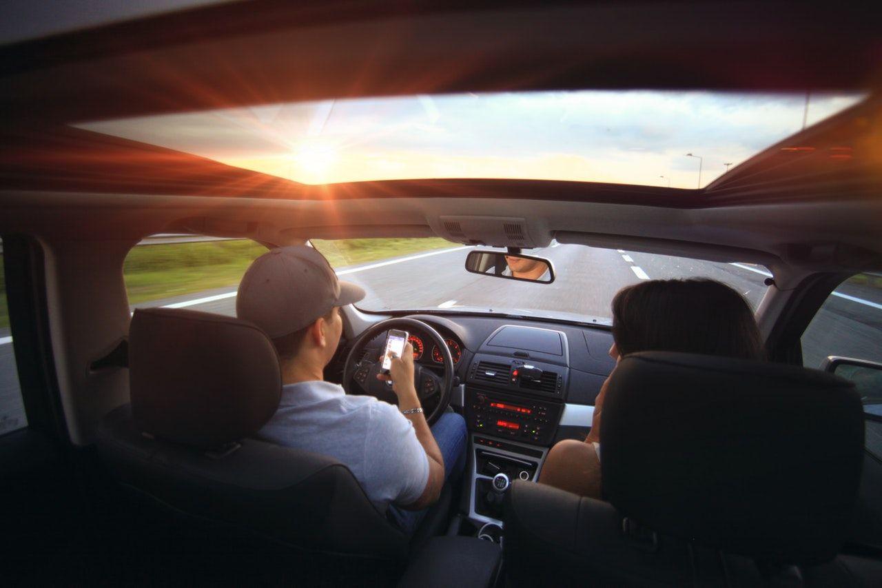 casal dirigindo no fim da tarde