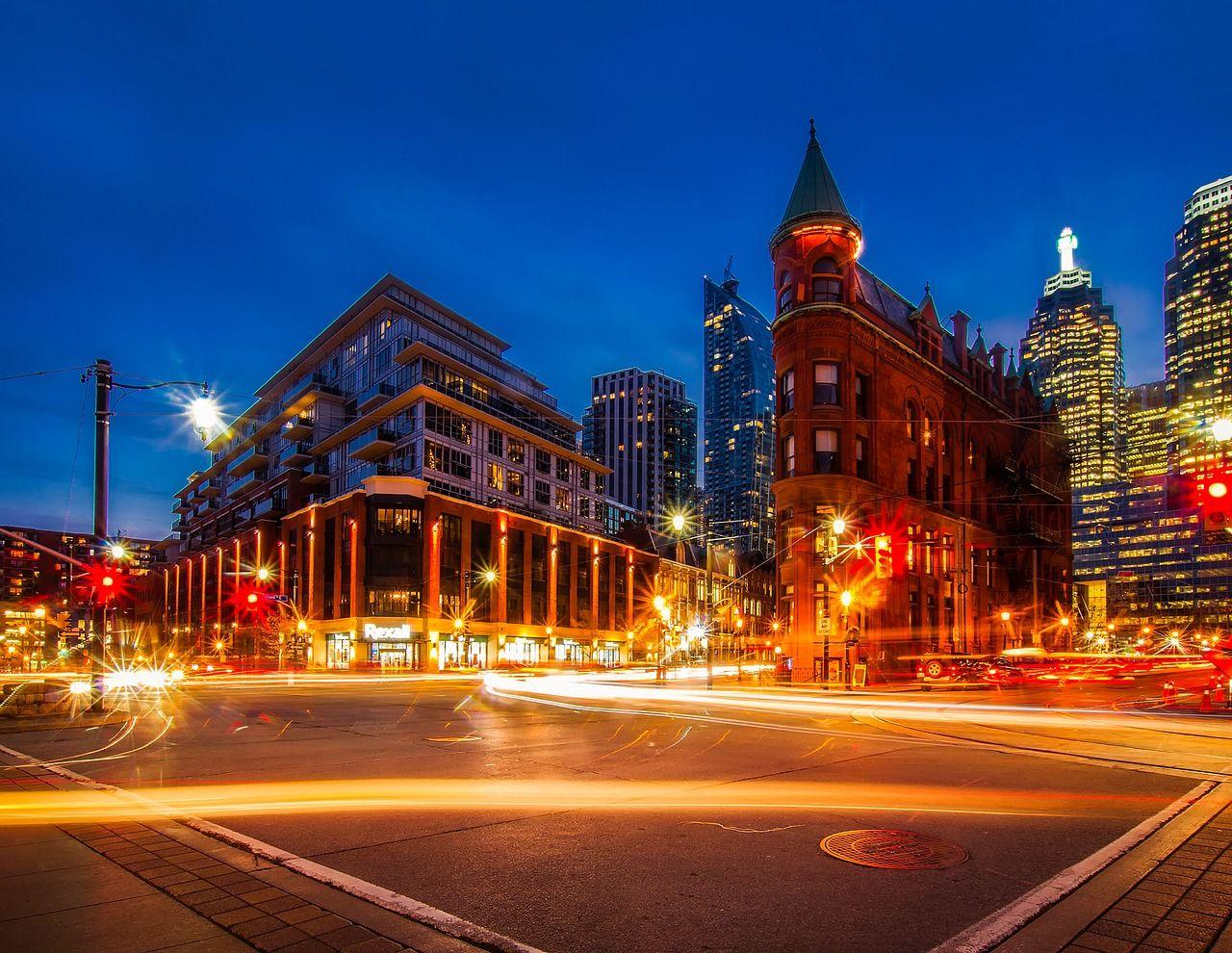 trânsito noturno em Toronto