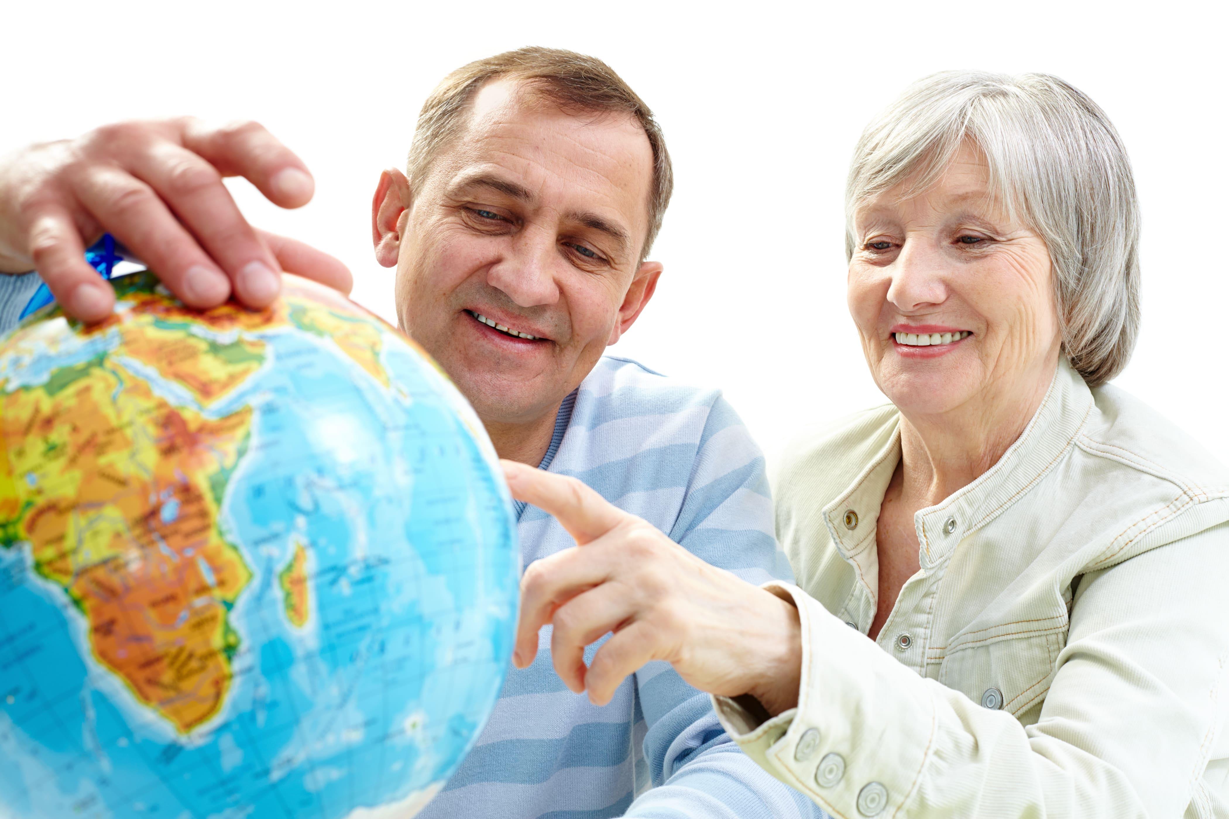 casal de idosos procurando destinos no globo