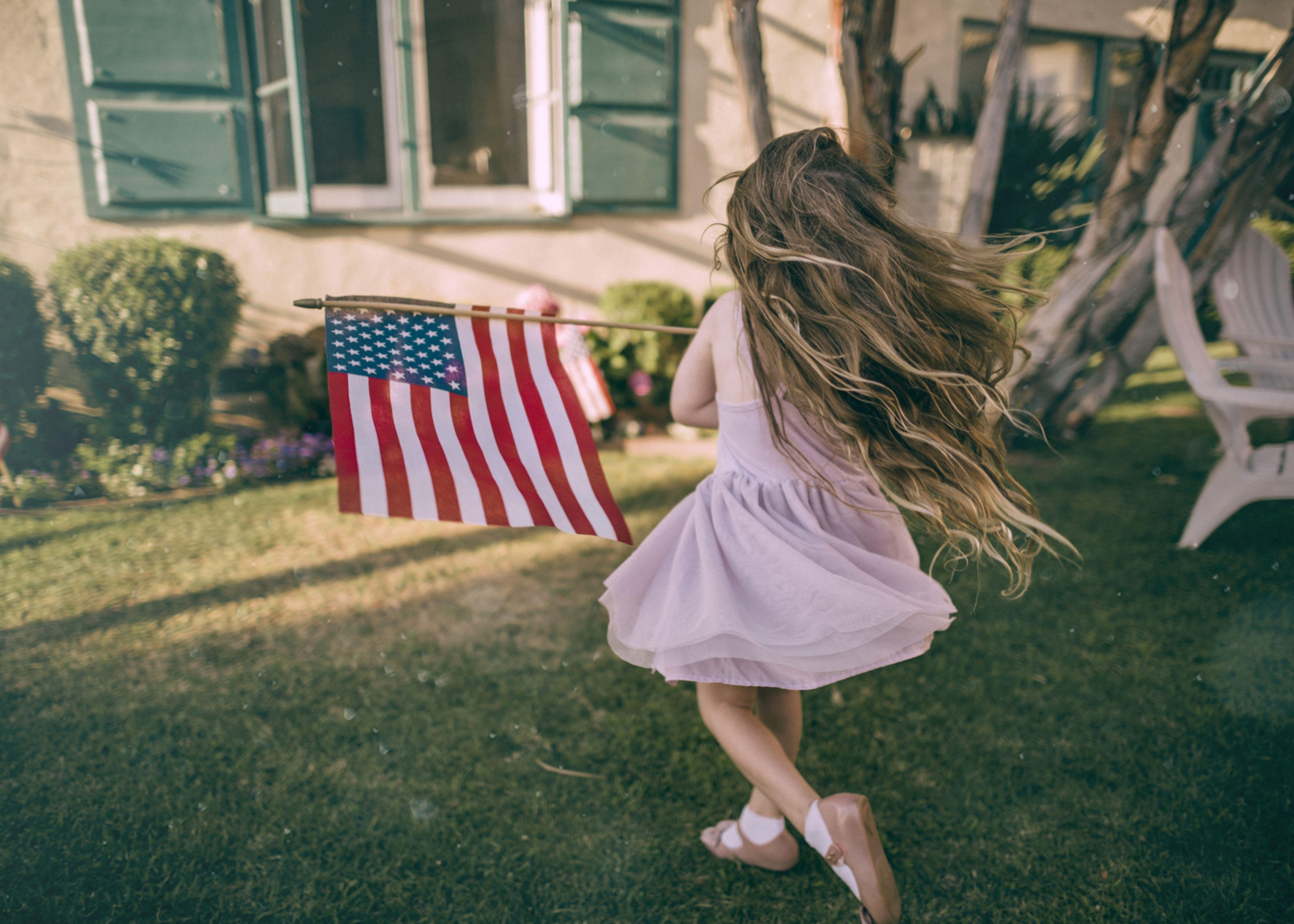 criança com bandeira dos estados unidos