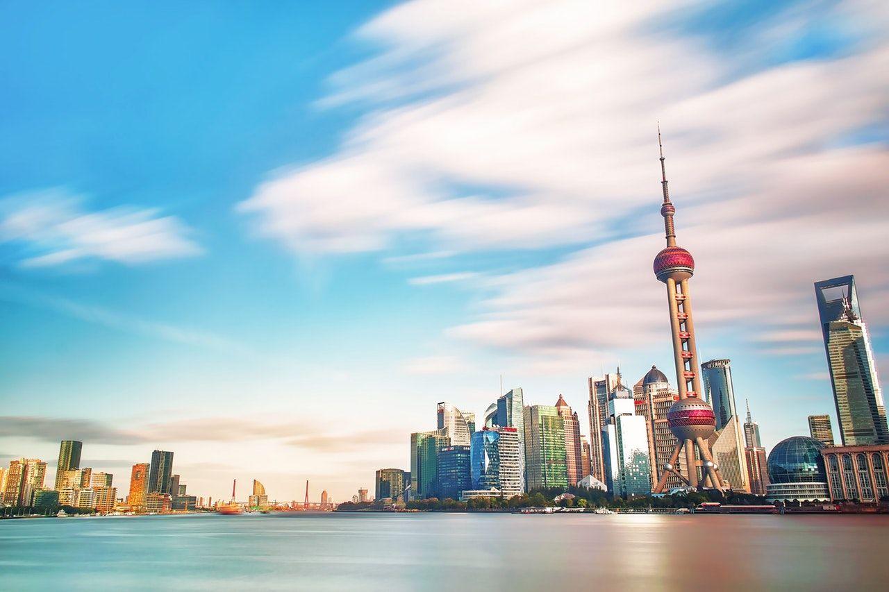 vista de lago e arranha céu de xangai na china