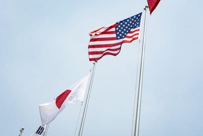 bandeira do japão ao lado de bandeira dos EUA