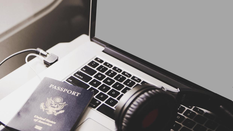 passaporte americano e computador em avião