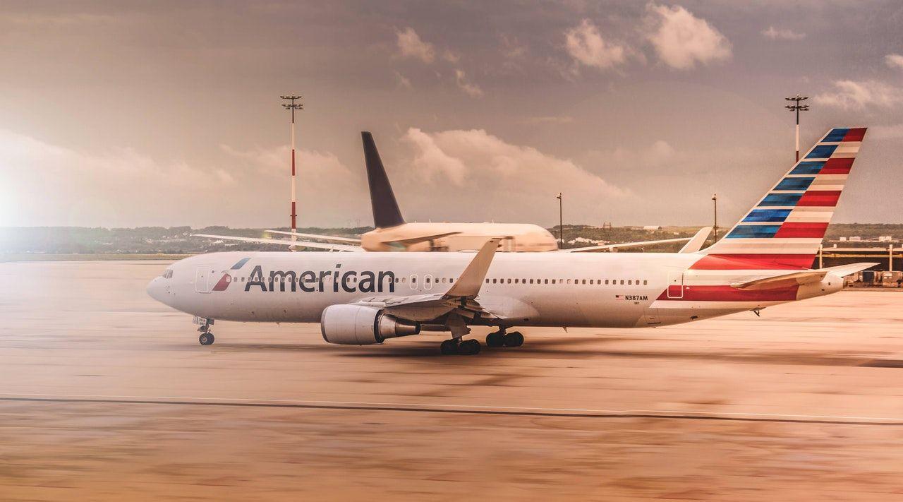 aviões em pátio de aeroporto