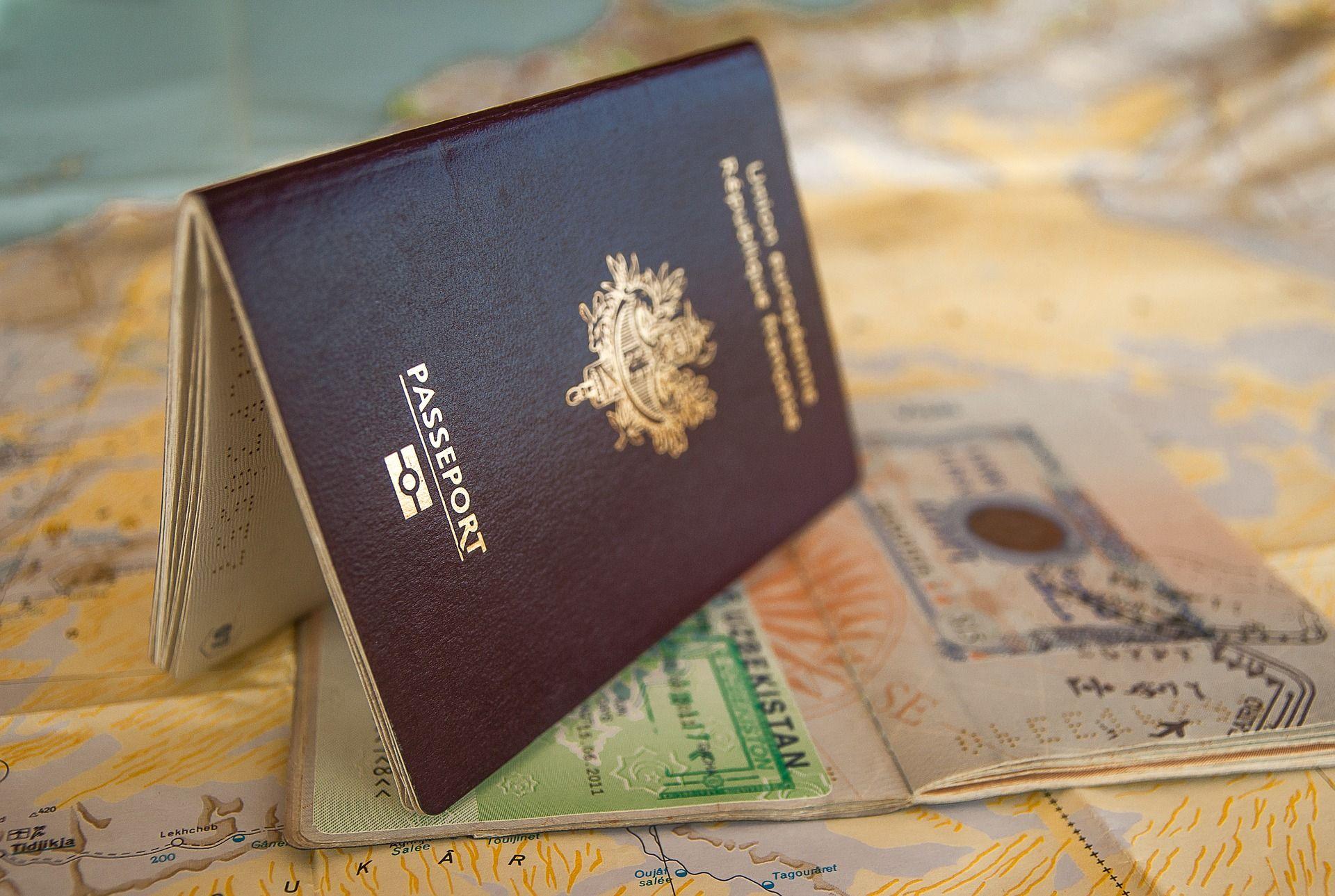 passaportes em cima de mapa