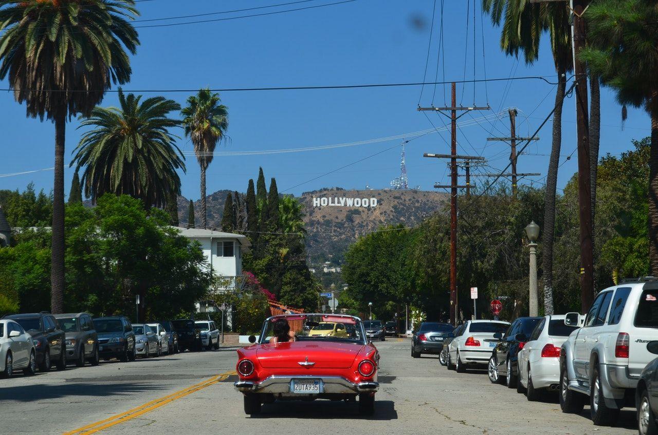 avenida de hollywood com vista para letreiro da cidade