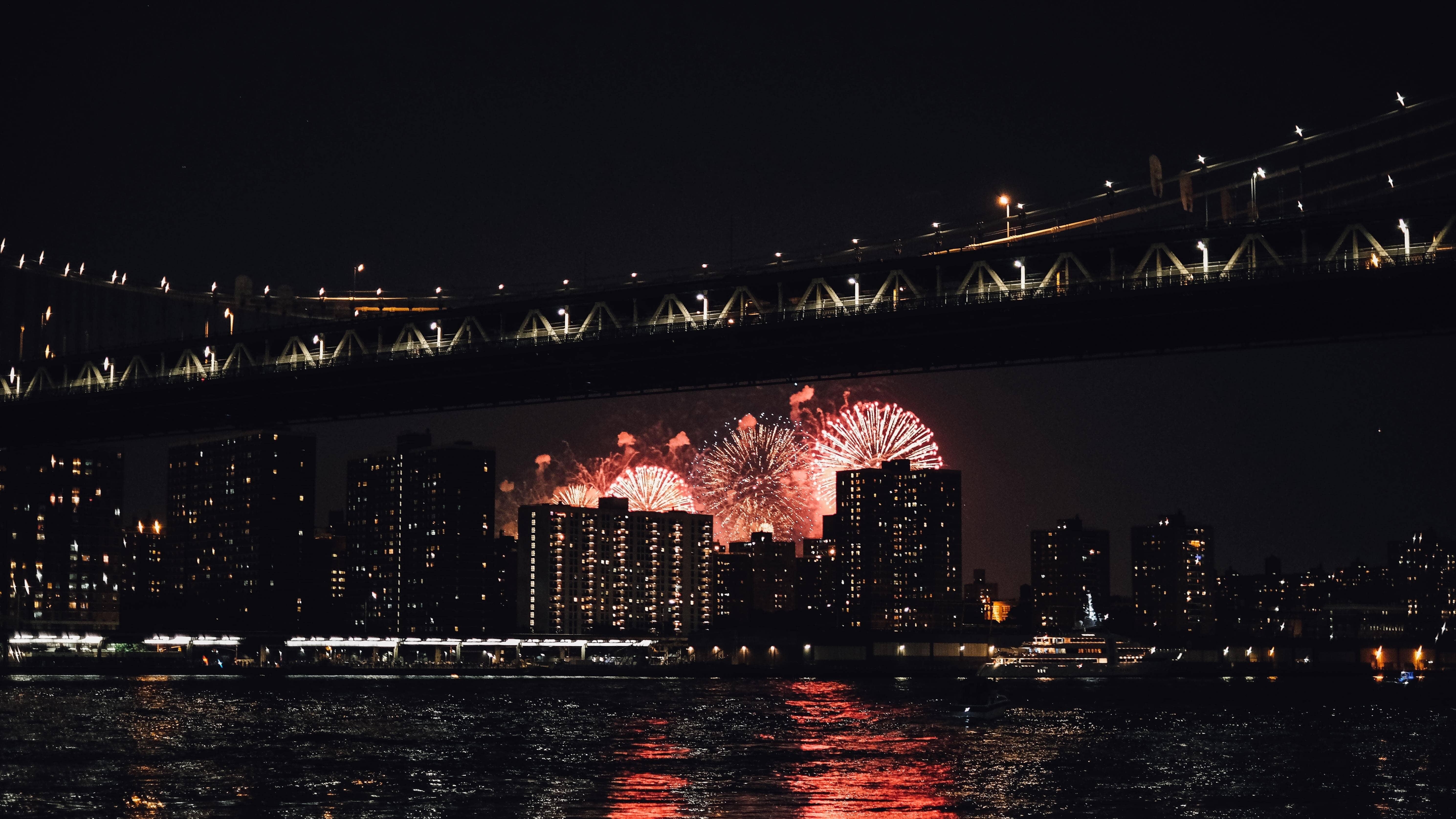 fogos de artifício atrás de prédios durante a noite