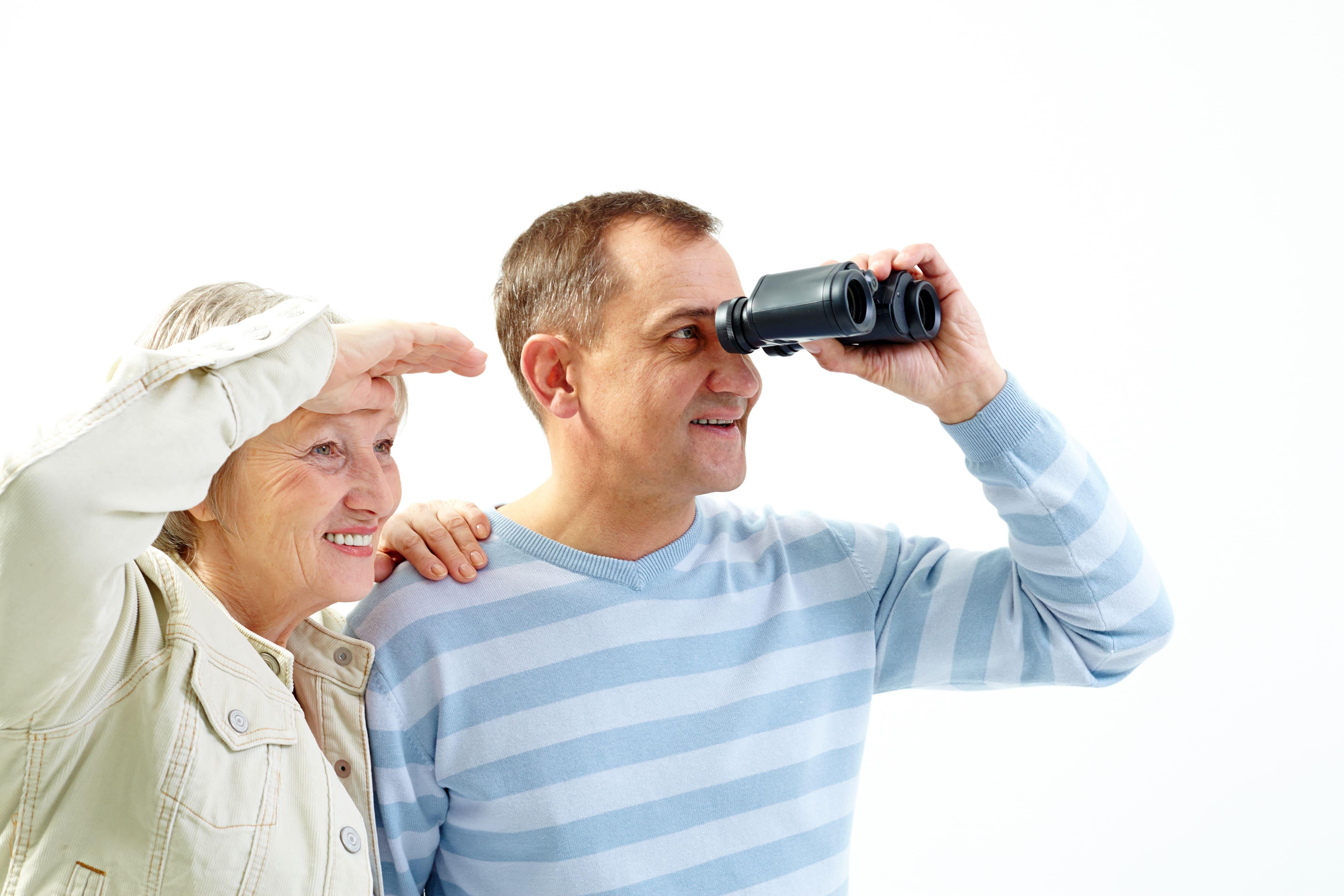 casal idoso olhando por binóculo