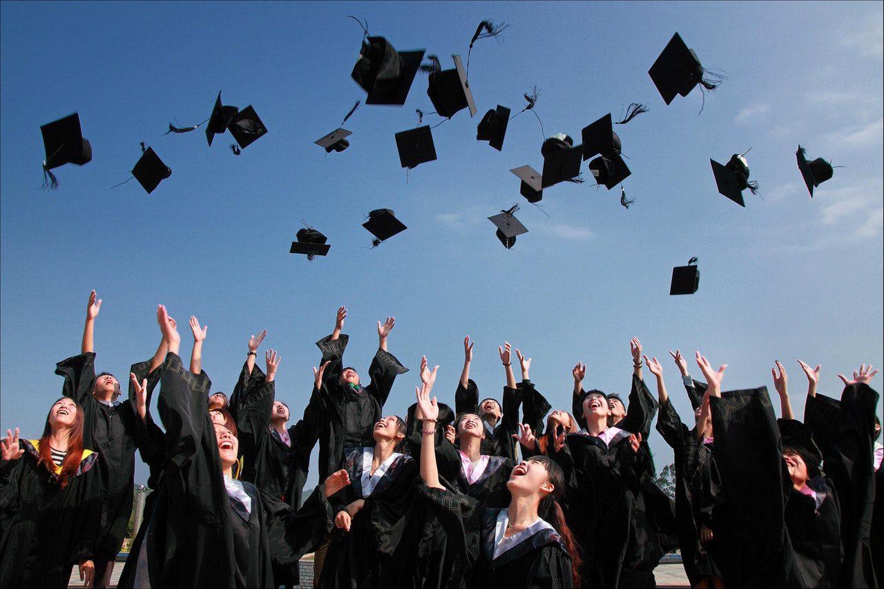 estudantes em colação de grau da graduação