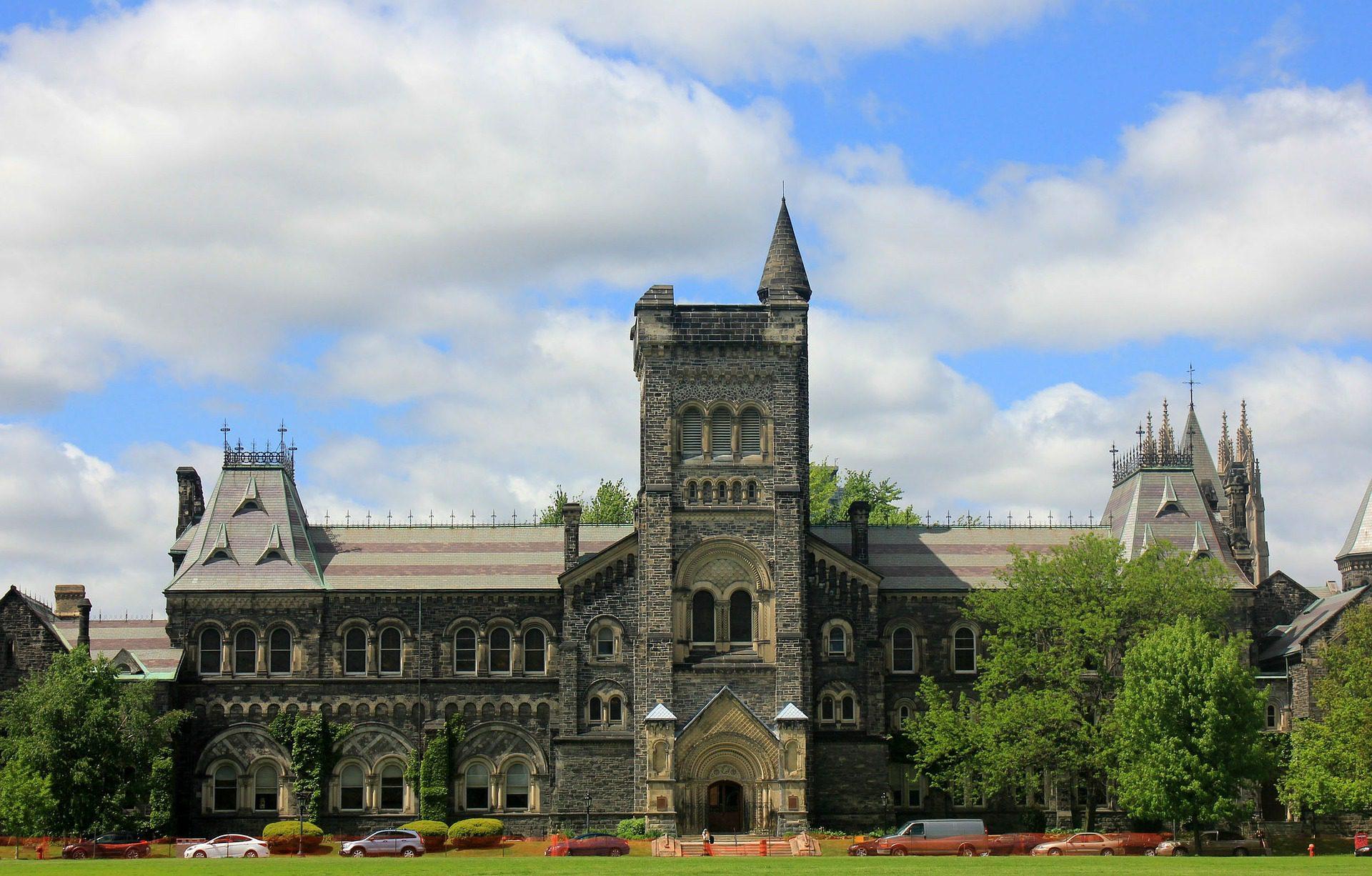 prédio histórico em campus de universidade candense