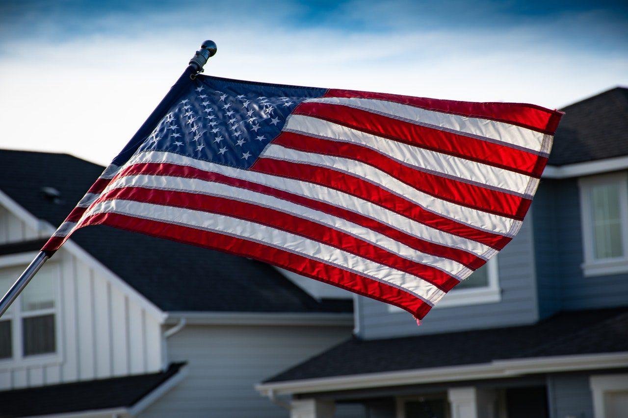 bandeira dos estados unidos ao vento