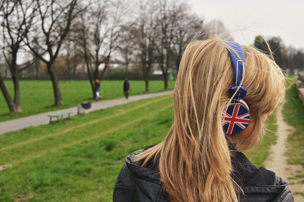 mulher com fones de ouvido decorado com bandeira da austrália
