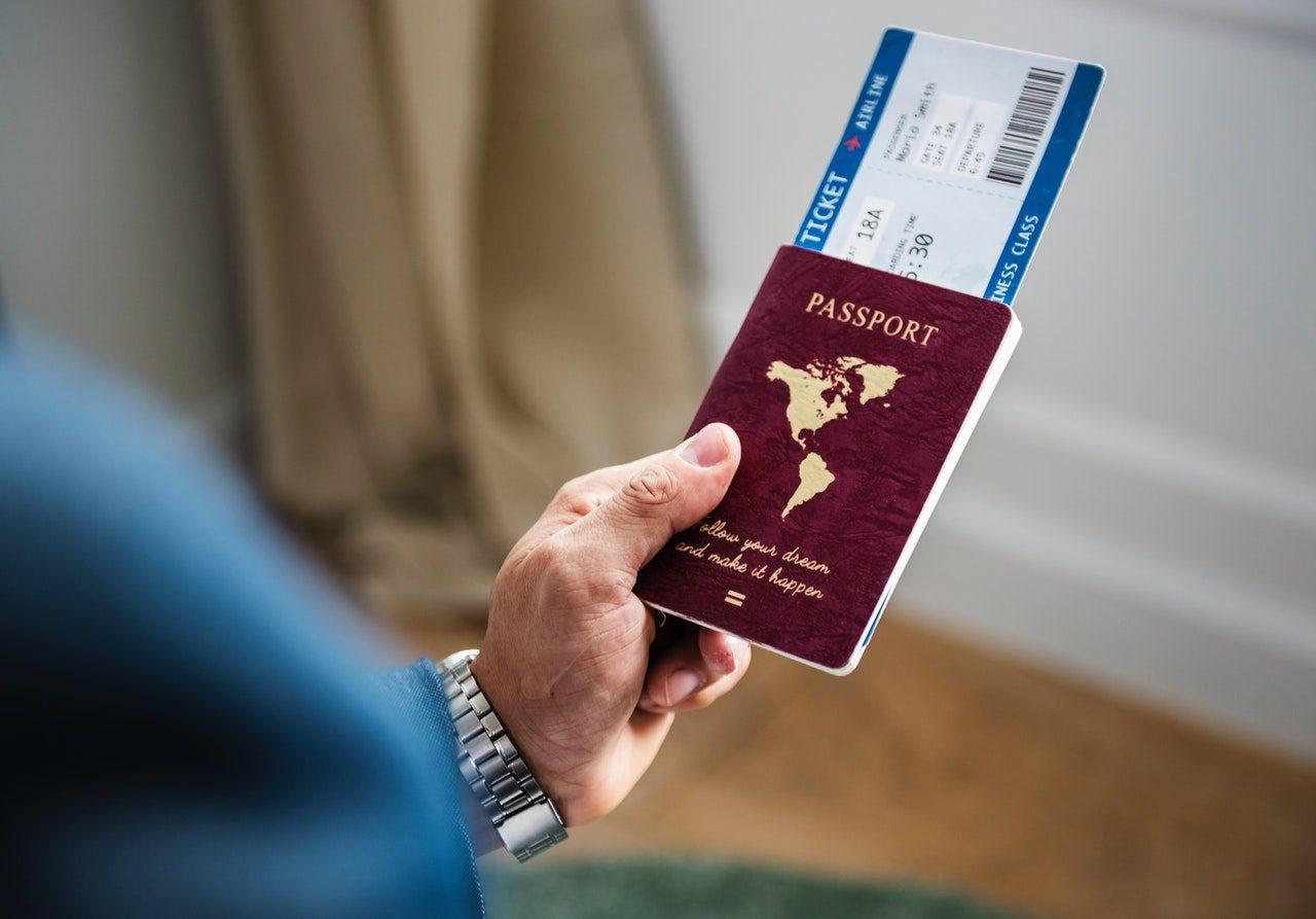 pessoa com passaporte e documentação em mãos