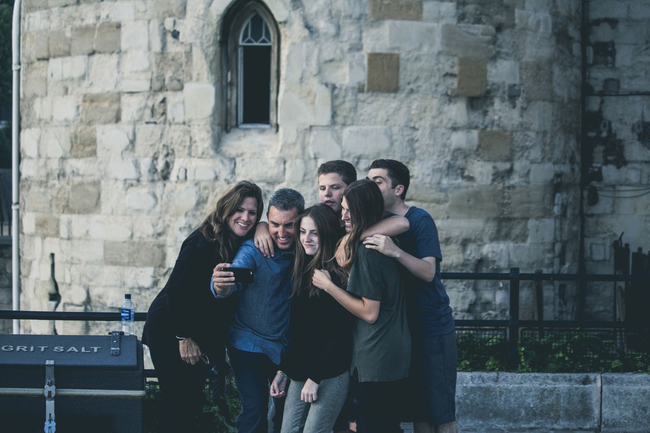 familia tirando selfie em viagem