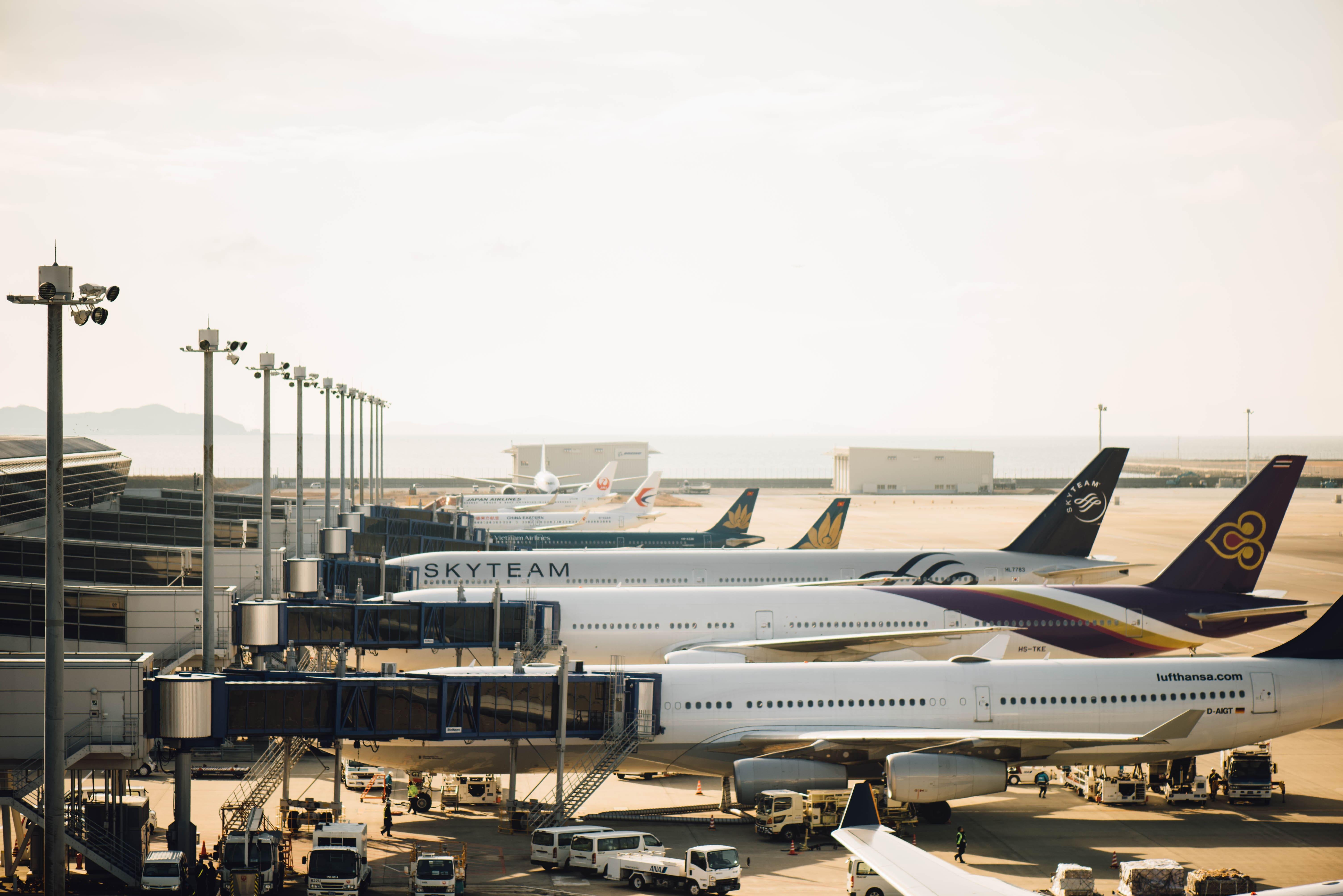 aviões em aeroporto internacional