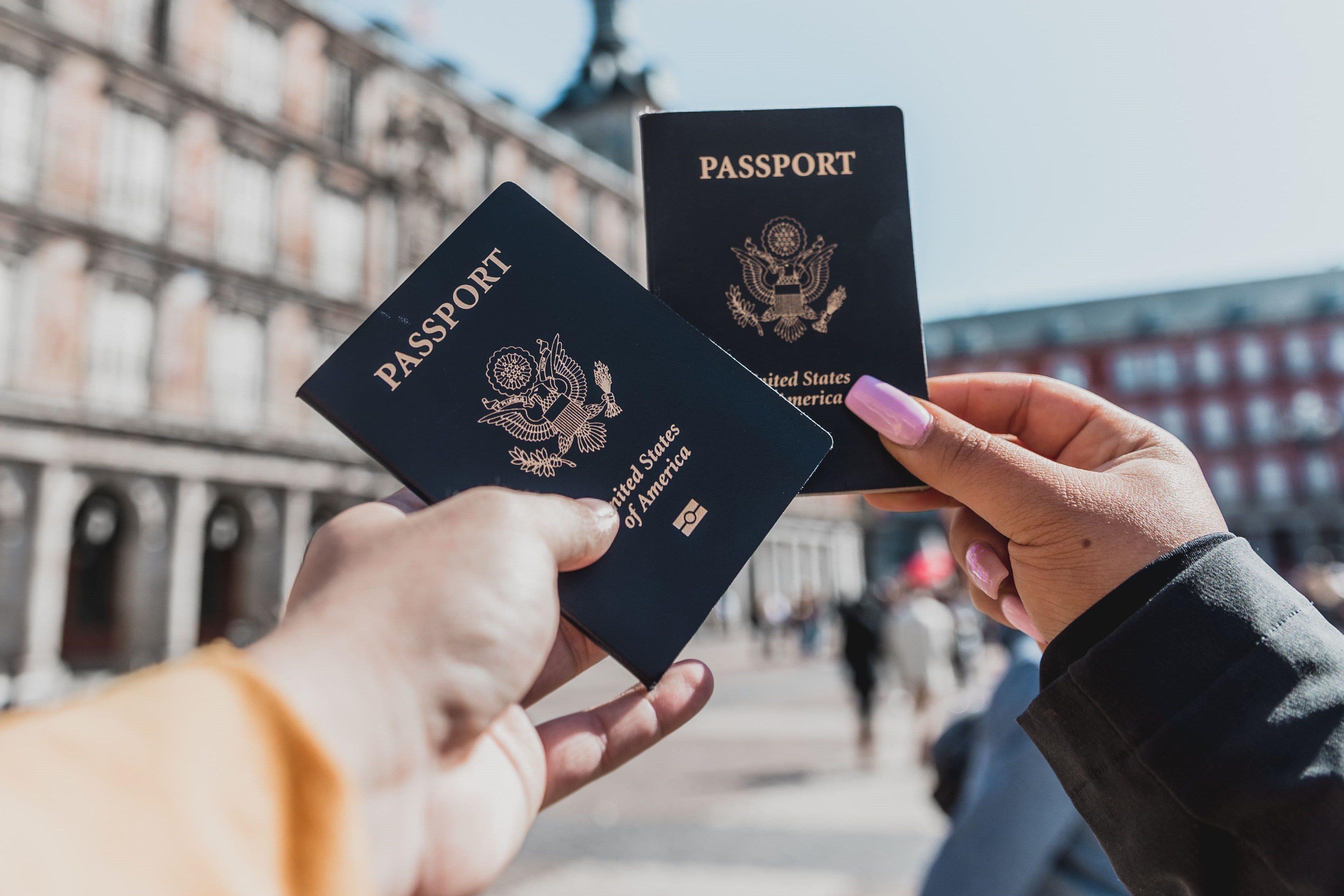 passaportes mãos durante viagem internacional