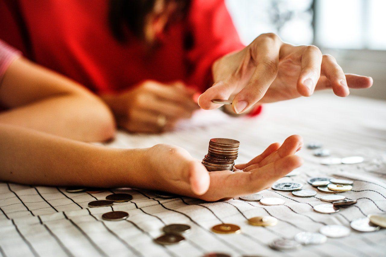 familia contando dinheiro