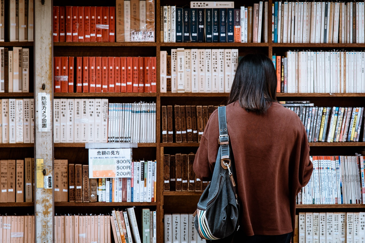 estudante em biblioteca durante intercâmbio