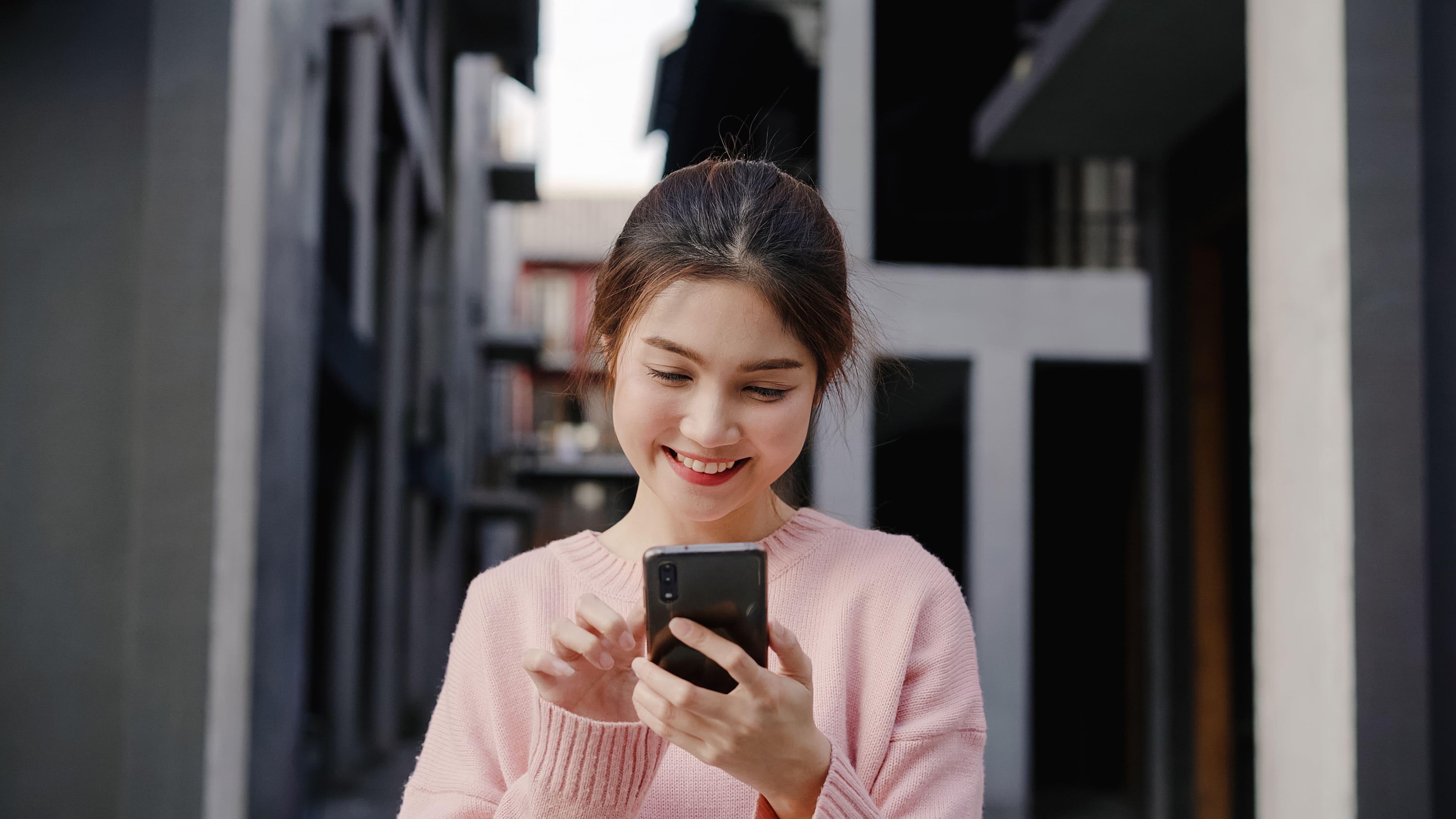 jovem sorridente na china