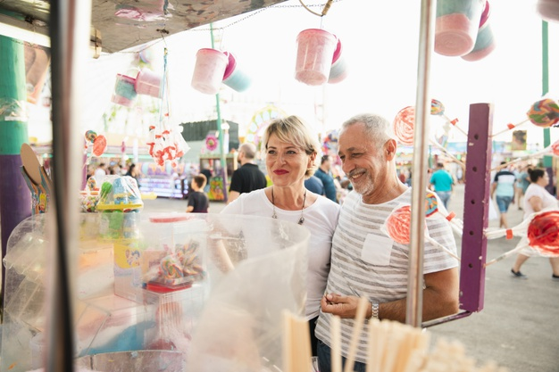 casal comemorando carnaval fora do país