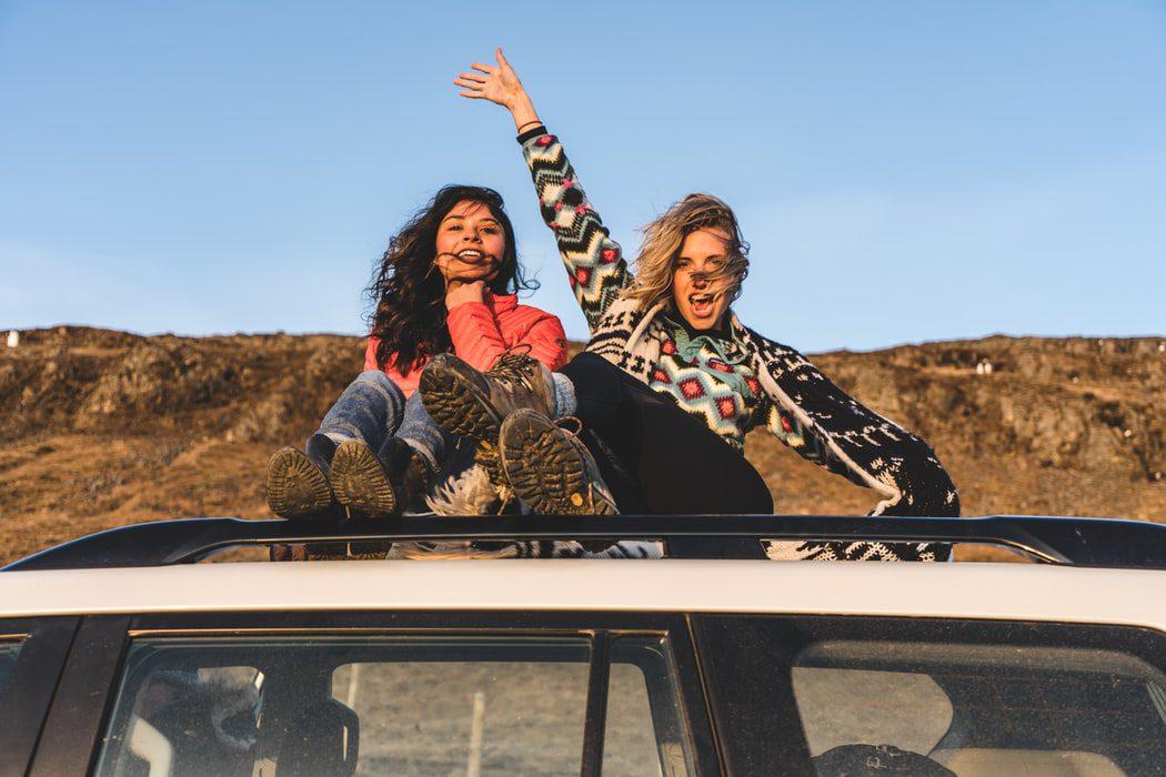 mulheres comemorando durante trajeto de viagem