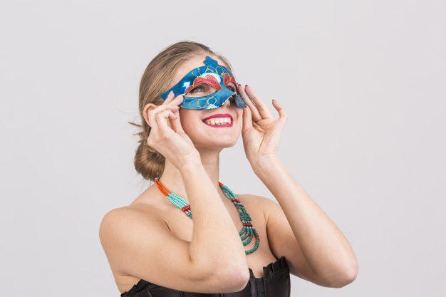 mulher vestindo máscara de carnaval